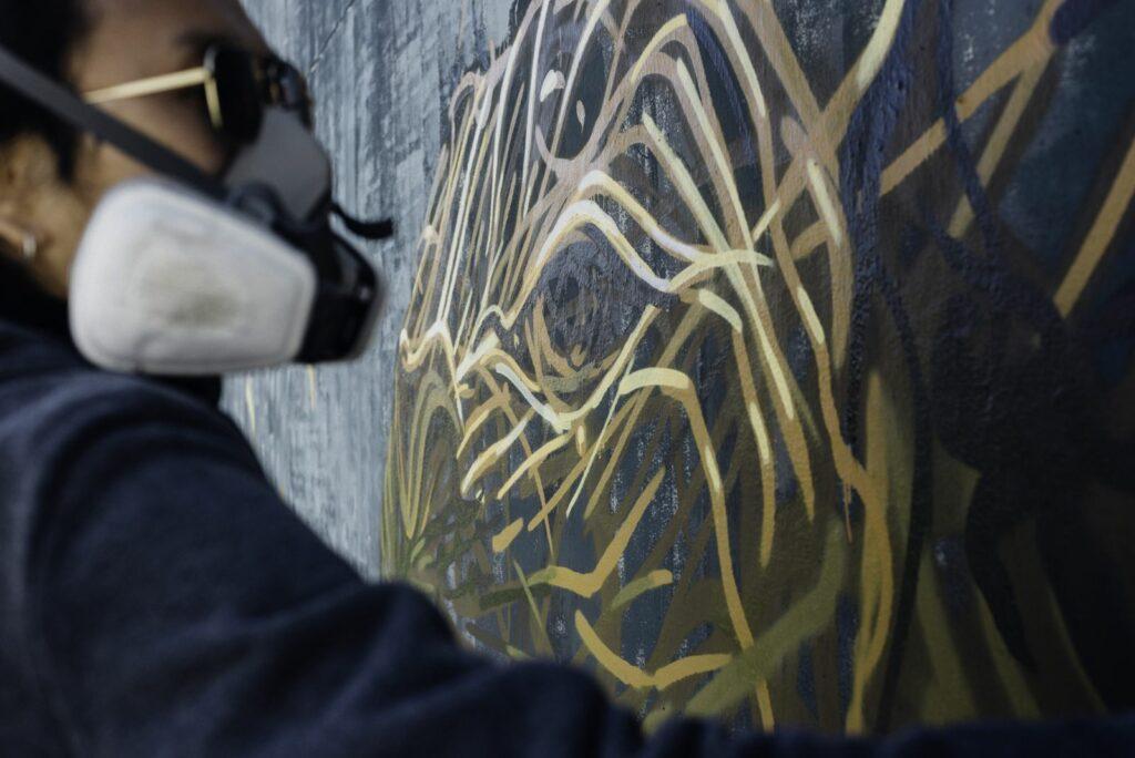 Photo de Daleast peignant la fresque