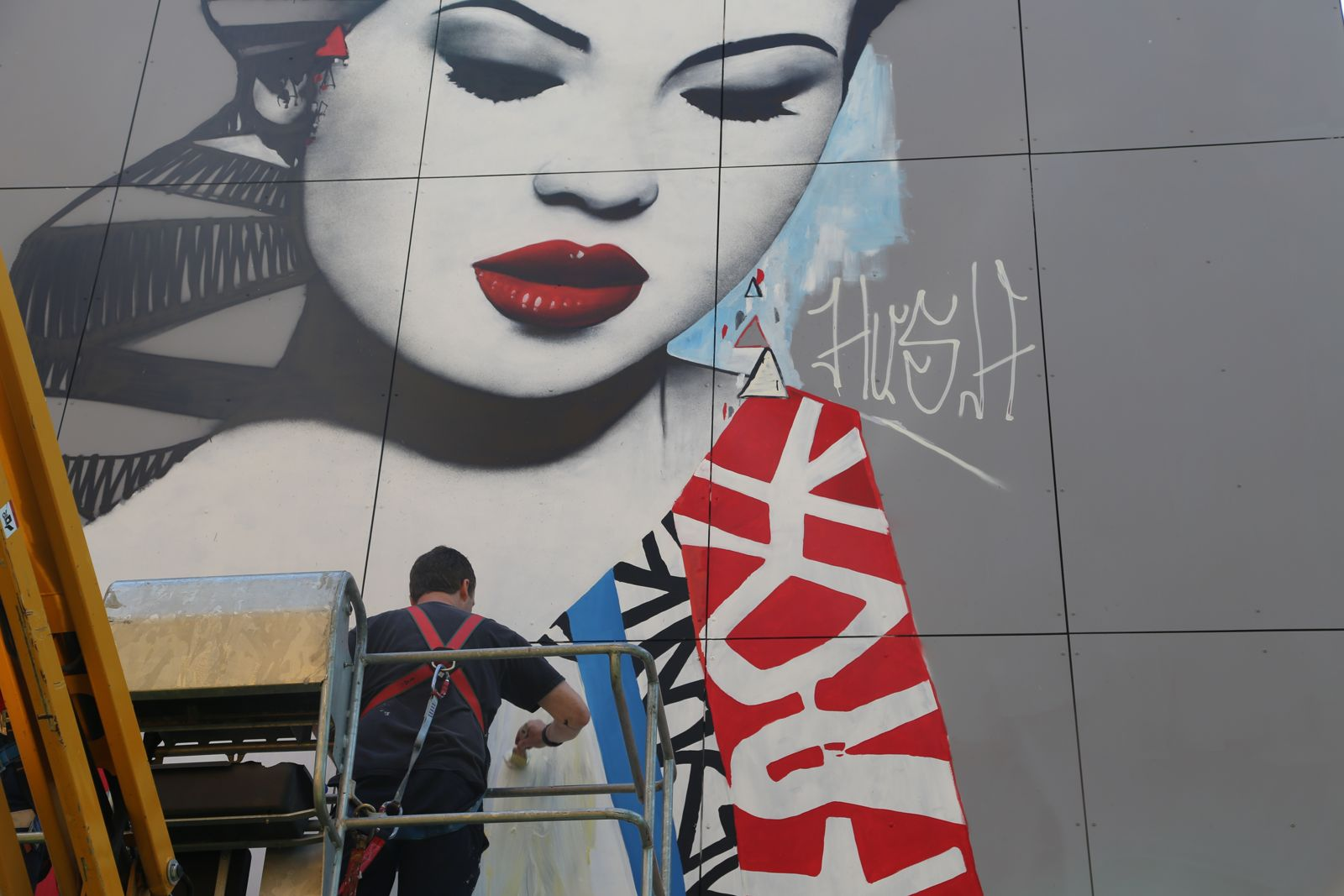 Photo de Hush peignant sa fresque