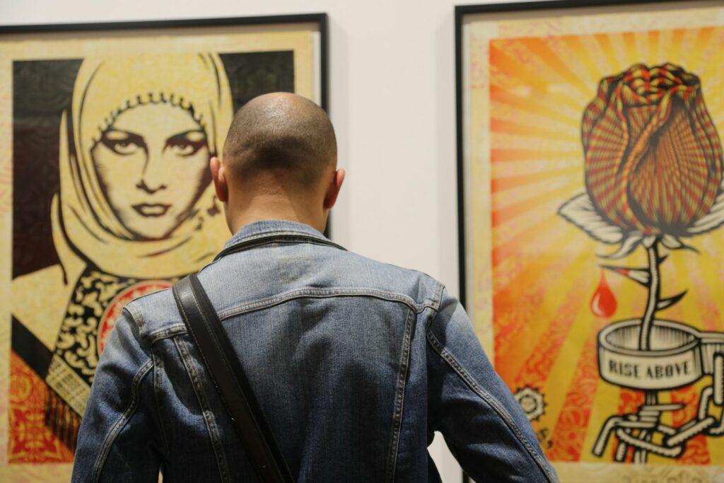 Photo du vernissage de l'exposition de Shepard Fairey à la galerie Itinerrance